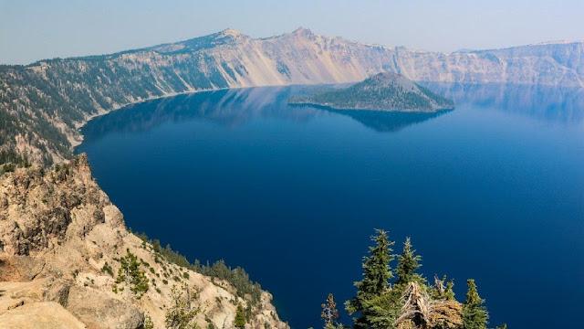 Bí ẩn khúc gỗ nổi thẳng đứng 120 năm trên hồ