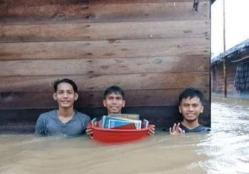 Curhatan Santri Yang Terendam Banjir Bikin Haru, Kami Kedinginan dan Lapar