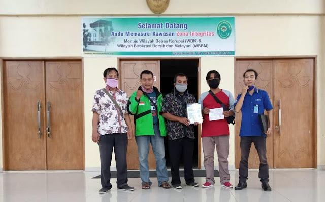 foto Buruh Sulindafin didampingi DPP-GSBI Setelah mendaftarkan Gugat Buruh ke Pengadilan Hubungan Industrial (PHI)  di Pengadilan Negeri Klas 1A, Provinsi Banten