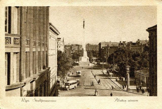 1936 (?) год. Rīga. Brīvības bulvāris. Часы еще с рекламой шоколадной фабрики «Th. Riegert» и уже построенный и открытый монумент Свободы