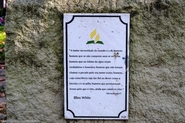Placa com texto de Ellen White, no Jardinete Ellen White, Curitiba