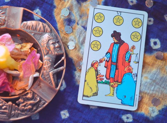 Saiba o significado da Carta do 6 de Ouros no Tarot do amor, dinheiro e trabalho, na saúde, como obstáculo ou invertida e como conselho.