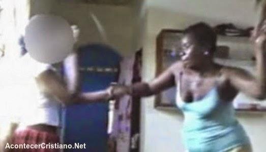Mujer castigando a su hija adolescente