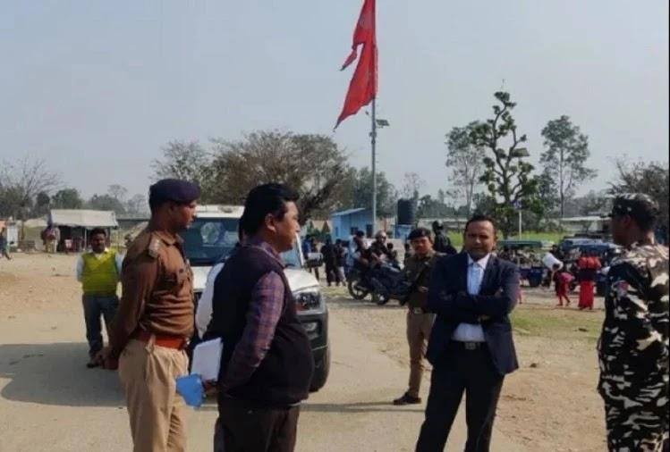 बनबसा में भारत-नेपाल सीमा का अधिकारियों के साथ निरीक्षण करते डीएम विनीत तोमर