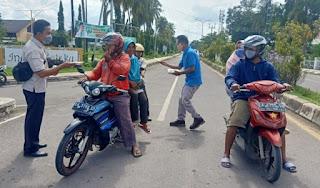 Momentum HPN, PWI Bima Bagikan Ribuan Masker ke Pengguna Jalan