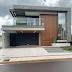 Fachada de casa contemporânea com vidro reflecta, pedra cinza e painel ripado de madeira!