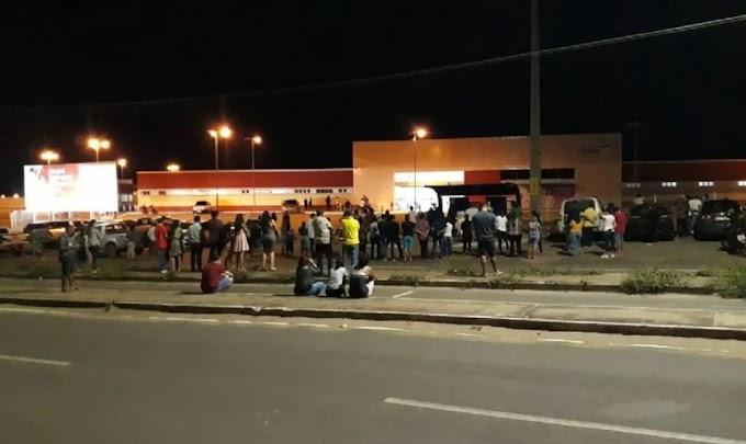 Famílias de pacientes com Covid-19 fazem oração na porta de hospital, no Maranhão