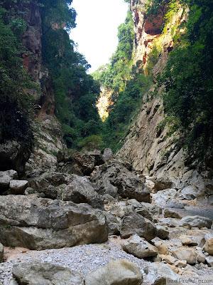 Canyon de la plage isolée de Gjipe, coin de paradis sur la côte de l'Albanie