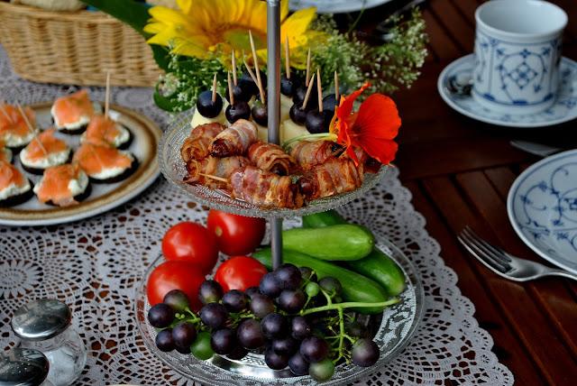 Dekoratives Frühstück mit Blüten