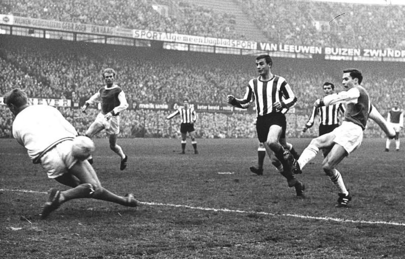 Ove Kindvall (Feyenoord) scoort tegen PSV