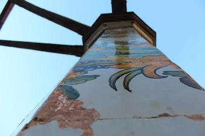 pilastri ottagonali rivestiti in maiolica