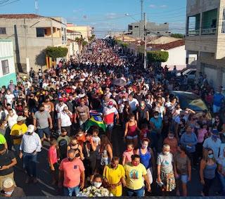 Uma multidão toma conta das ruas de Cacimba de Dentro, no ultimo adeus ao ex-prefeito Dr. Edmulson Gomes até cemitério locou.