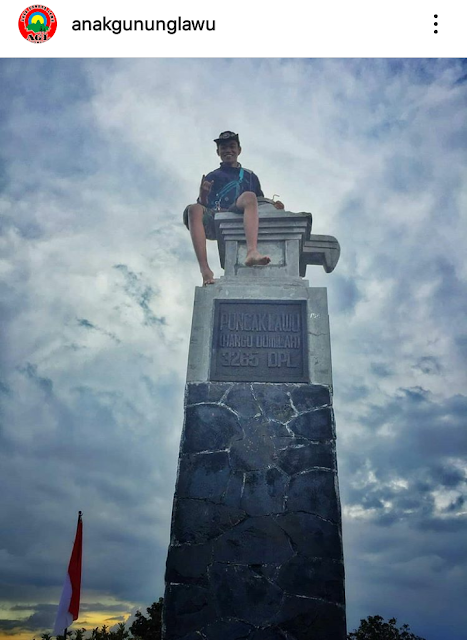 Pendaki memanjat Tugu Puncak Hargo Dumilah Gunung Lawu