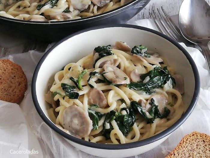 Pasta con espinacas y champiñones ¡Receta fácil y riquísima!