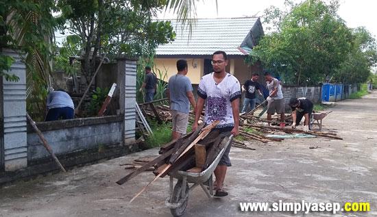 HARCO : Dengan menggunakan Harco, praktis untuk mengangkut kayu dan papan ke tempat pembakaran agar habis. Foto Asep Haryono