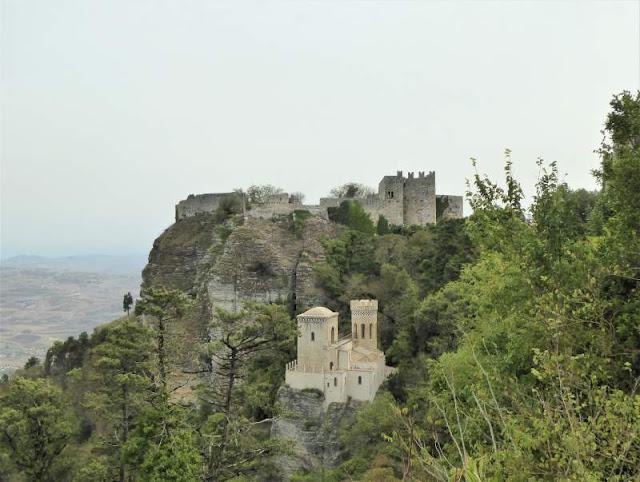 Torretta Pepoli e dietro il Castello di Erice