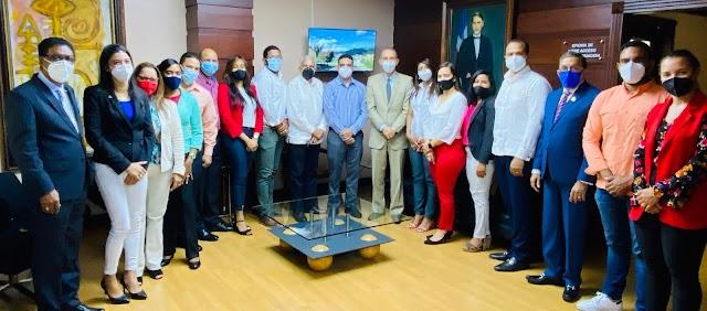 Becados comparten con ministro del MESCYT experiencia de estudios en Costa Rica