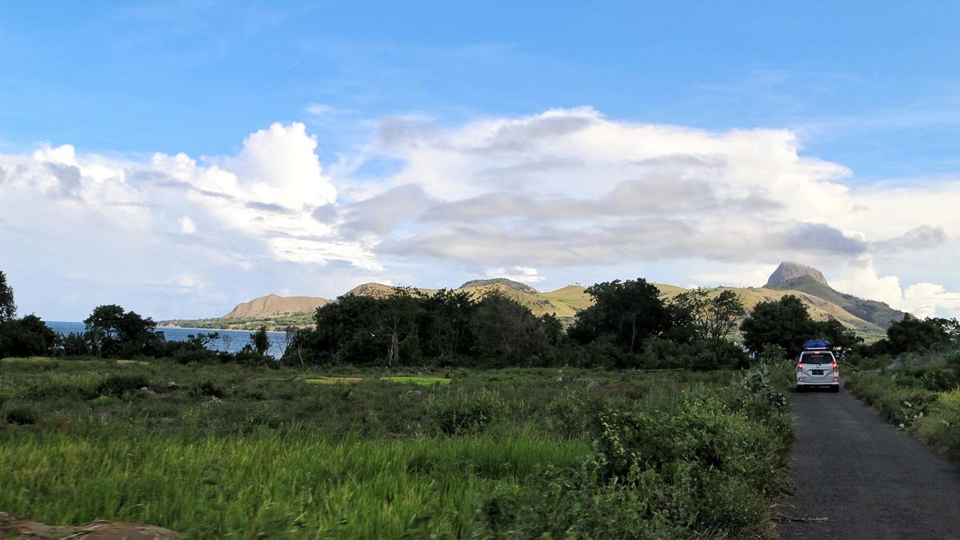 Jalan sempit menuju Desa Denge