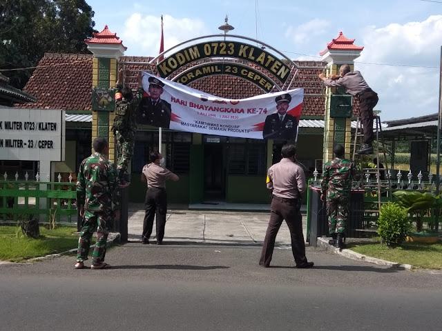 Wujud Sinergitas TNI-Polri, Koramil Ceper Pasang Spanduk HUT Bhayangkara