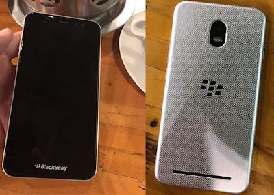 Después de el modelo presentado en la Mobile World Congress parece que Blackberry todavía tiene algo más para nosotros. Una filtración que ha parecido hace poco puede indicarnos que sacarán otro terminal más para este 2017. El nombre del terminal del terminal sería Blackberry Aurora, aunque esto no es para nada definitivo. Se saben algunas especificaciones del smartphone, aquí están: Especificaciones de la nueva Blackberry Aurora -Un procesador Qualcomm Snapdragon 425 que corre a 1,4 GHz. -Pantalla de 5,5 pulgadas con una resolución FullHD con tecnología AMOLED. –3 GB de RAM –32 GB de almacenamiento interno con la capacidad de
