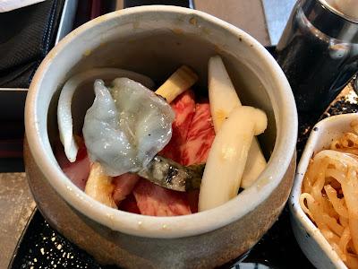 壺の中に肉や野菜が