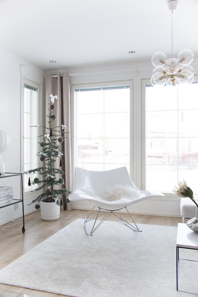 Villa H, joulukuusi koristeltuna, Libanoninsetri, joulu, sisustus
