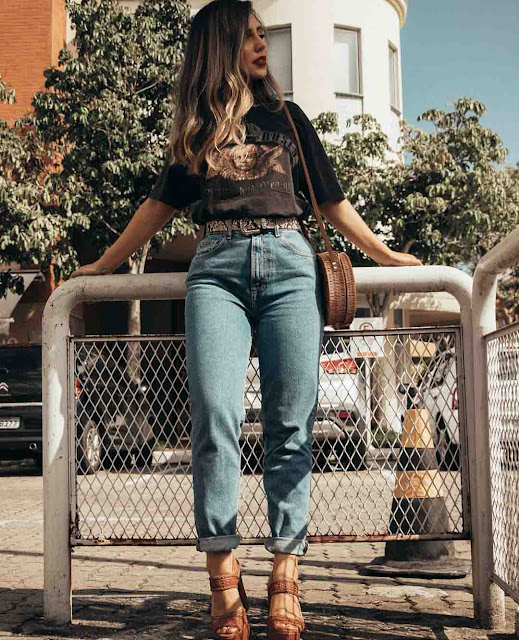 Calça mom jeans, tshirt e sandália anabela