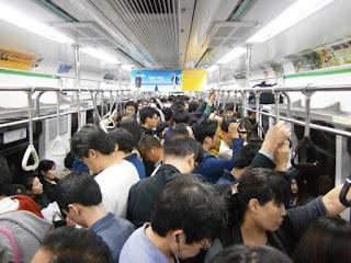 3 Alasan Orang Jepang Tidak Mau Mengangkat Telepon di Kendaraan Umum