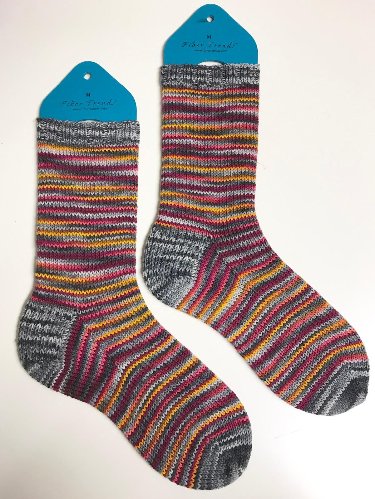 a0227647 Jeg har strikket ett par sokker i hver av disse fargene og brukt restene i  dette paret. Enda har jeg igjen nok garn til et par stripete barnesokker.