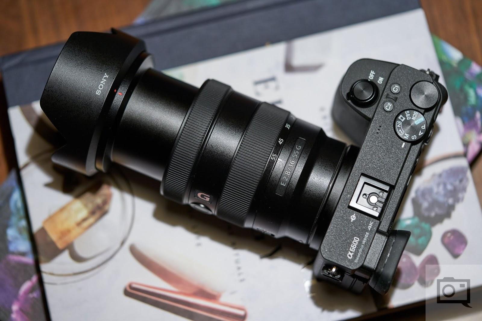 Объектив Sony E 16-55mm f/2.8 G с камерой Sony A6600, вид сверху