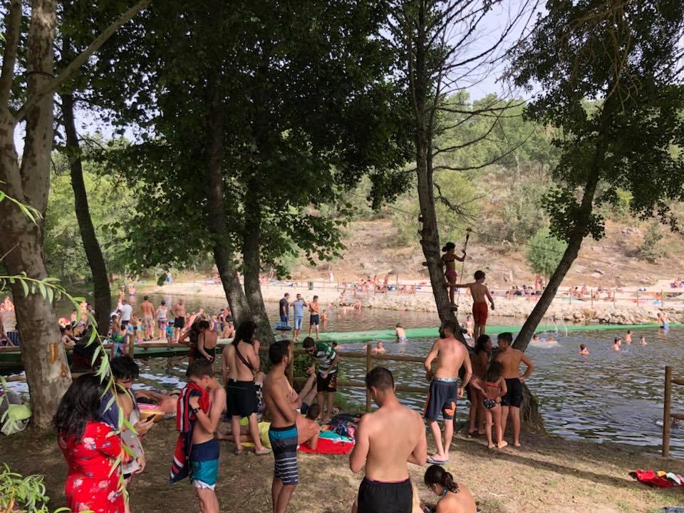 banhistas na Praia Fluvial de Rapoula do Cõa