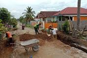 Sertu Matrusdi Bersama Masyarakat Membangun Drainase