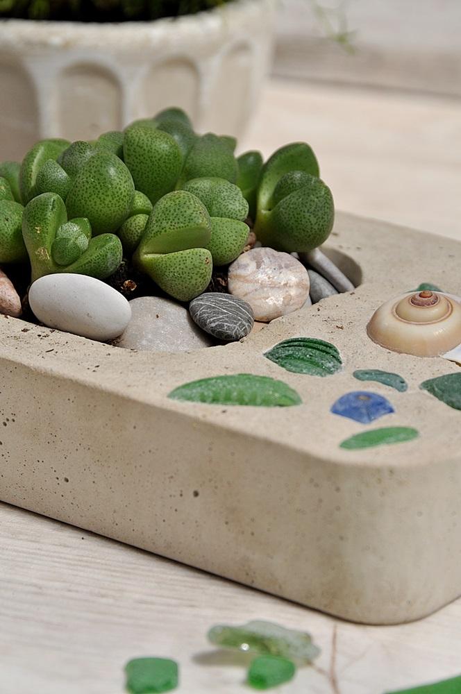 Blumengefaess aus Beton mit Strandglas und Muschel DIY
