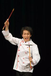 舞台上で料理人の皿回し