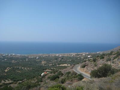 Pećina Milatos se nalazi nekoliko kilometara istočno od Sissija i Malije, otprilike 30 km zapadno od Agios Nikolaosa i 45 km istočno od Herakliona.