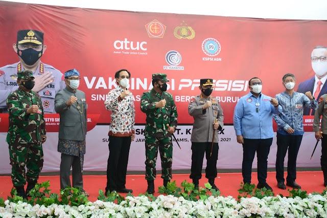 Panglima TNI Dan Kapolri Tinjau Pelaksanaan Vaksinasi Massal Di PT. Kahatex Bandung