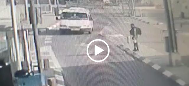 بالفيديو|| شاب فلسطيني يدهس جندياً إسرائيلياً ويطعنه بسكين