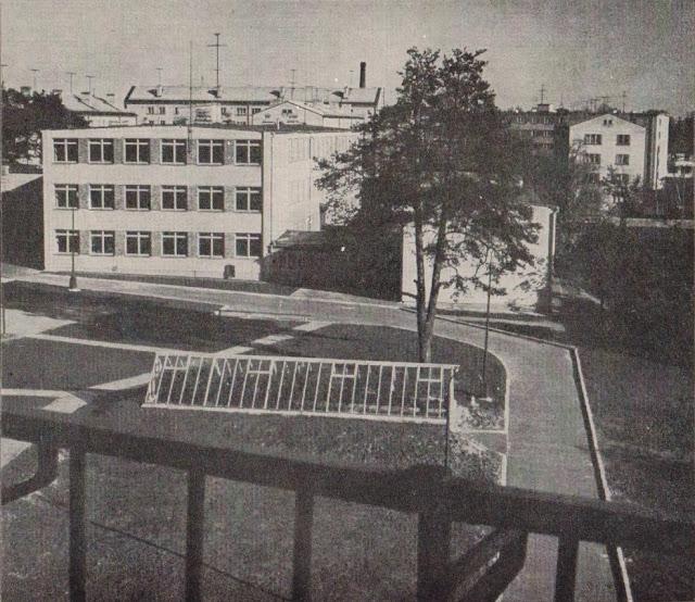 """Начало 1960-х годов. Рига. Югла. Раскрываются двери нового, светлого школьного здания на улице Тирзас (фото из альбома """"Рига-Юрмала-Сигулда"""", Латвийское государственное издательство, Рига, 1963 год)."""