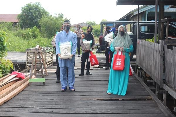 Seiring dengan Hari Raya Idul Adha, Polda Kalteng Berikan Bantuan kepada para Korban Kebakaran di Komplek Flamboyan