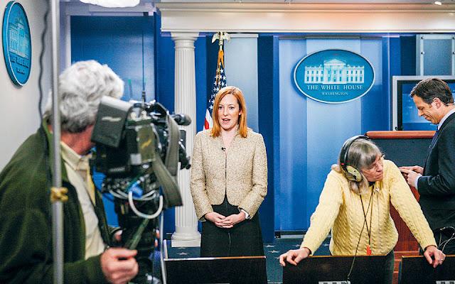 Η Τζεν Ψάκι, με ρίζες από τη Μεσσηνία, δεν είναι ξένη στον Λευκό Οίκο. Στη φωτογραφία του 2011, δίνει συνέντευξη στο δωμάτιο ενημέρωσης των δημοσιογράφων ως αναπληρώτρια υπεύθυνη επικοινωνίας επί προεδρίας Ομπάμα. Τώρα αναλαμβάνει εκπρόσωπος Τύπου, επικεφαλής του επικοινωνιακού επιτελείου του Τζο Μπάιντεν, που θα αποτελείται αποκλειστικά από γυναίκες (φωτ. A.P. Photo / Charles Dharapak).