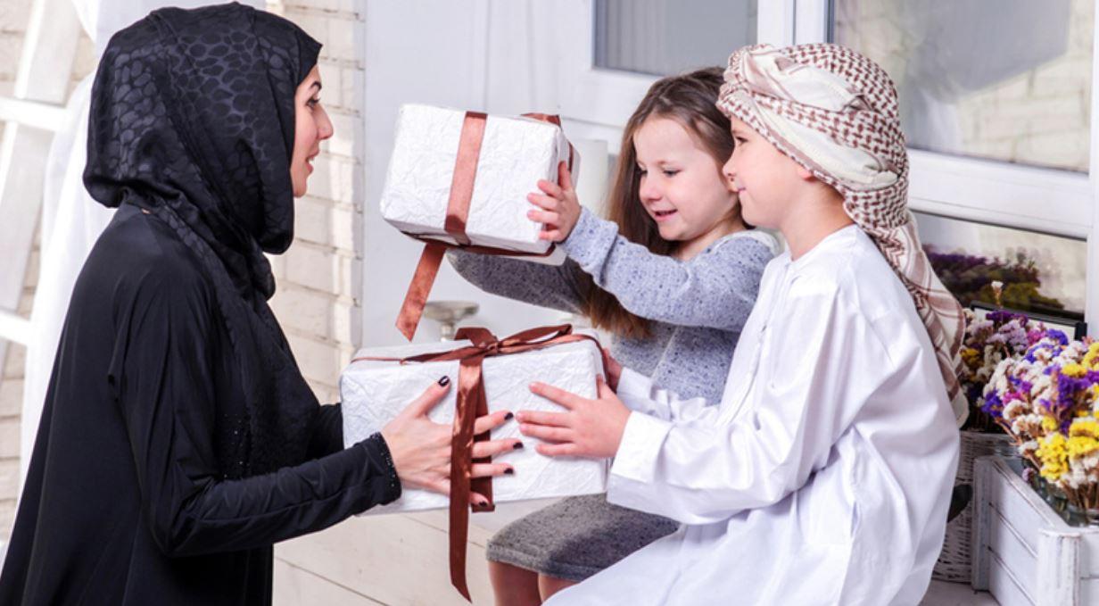 الأم في الإمارات.. صانعة التميّز وسط بيئة داعمة