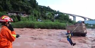 Διάσωση που κόβει την ανάσα οδηγού φορτηγού που έπεσε σε ορμητικό ποτάμι ➤➕〝📹ΒΙΝΤΕΟ〞