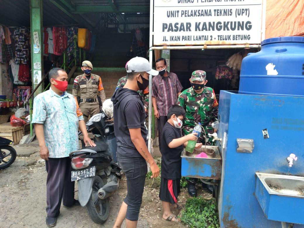 Babinsa 410-02TBS Kodim 0410KBL Pelda Sarwani menerapkan Protokol Kesehatan di Pos Gugus Tugas pasar Kangkung, Teluk Betung Selatan