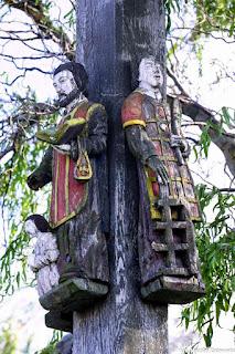 Św. Walenty i św. Wawrzyniec w albach na krzyżu z 1860 r. autorstwa Pawła Brylińskiego w Kowalewie koło Pleszewa