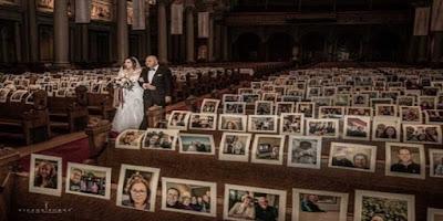 Com fotos de amigos e parentes nos bancos da Igreja, noivos realizam matrimônio