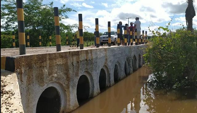 Prefeito Juninho Alves supervisiona passagem molhada e avalia importância da obra para região