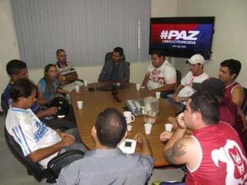 as maiores torcida organizada do estado Alagoano macha azul e comando vermelho faz trabalho sociais  com as família carente