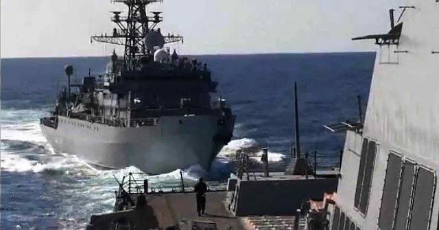 Navio russo hostiliza o USS Farragut.