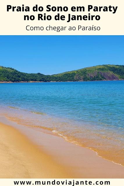praia de aguas claras azuladas e areia escura