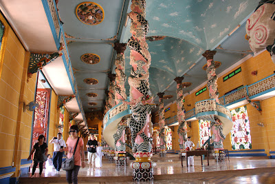 Techos y pinturas del templo Cao Dai en Tay Ninh